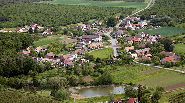 Letecký pohled na obec Hvozdnice